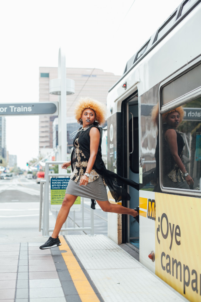 fit femme, sporty chic, sneaker look, natural hair, curly hair, afro, sneakers, street style, on the go fashion